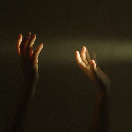 Karanlıkta eller